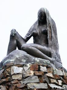 Скульптура на вершине скалы Лорелей