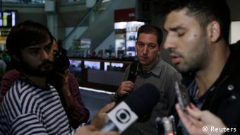 Давид Миранда дает интервью в аэропорту Рио де Жанейро