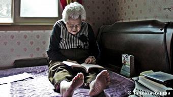 Das Bild zeigt die Südkoreanerin Lee Ok-Seong, die als eine von rund 200.000 Trostfrauen während des zweiten Weltkrieges in japanischen Militärbordellen als Sexsklavin gehalten wurde. Die Fotos stammen von dem Fotografen Tsukasa Yajima, bei ihm liegt auch das Copyright. Er ist einverstanden, dass wir die Fotos im Rahmen der Berichterstattung über Frau Lee benutzen.