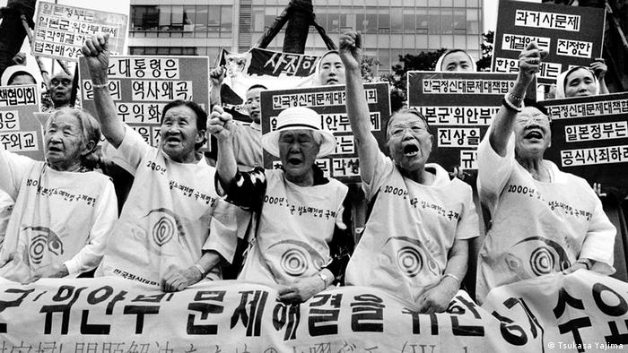 Lee Ok-Seong, in the front row in the middle, stands with other former sex slaves and their supporters and protests in front of the Japanese embassy in Seoul (Photo: Tsukasa Yajima)