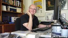 Petros Markaris am Schreibtisch in seiner Athener Wohnung Datum: 16.08.2013