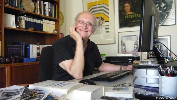 Petros Markaris, Träger der Goethe-Medaille 2013, am Schreibtisch in seiner Athener Wohnung Datum: 16.08.2013 (Foto: Ulrike Sommer)