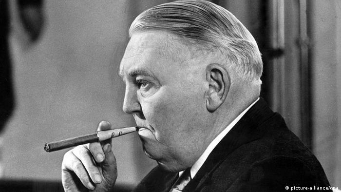 През 1963-та ХДС убеждава 87-годишния вече Аденауер да подаде оставка и избира Лудвиг Ерхард за канцлер. Преди това Ерхард си спечелва популярност като министър на икономиката. Той е привърженик на социалното пазарно стопанство и става баща не германското икономическо чудо. Лудвиг Ерхард е бил страстен пушач – пушил е по около 15 пури на ден. През 1966 г. той подава оставка.
