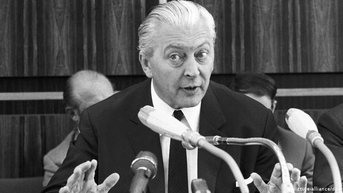 Курт-Георг Кизингер създава първата широка коалиция между ХДС и ГСДП, която дава тласък на стагниращата икономика. Гласуването на закони за извънредното положение, даващи обширни права на държавата в кризисни ситуации, стават повод за масови младежки протести. Така се ражда студентското движение. Кизингер е оспорвана фигура заради национал-социалистическото си минало.