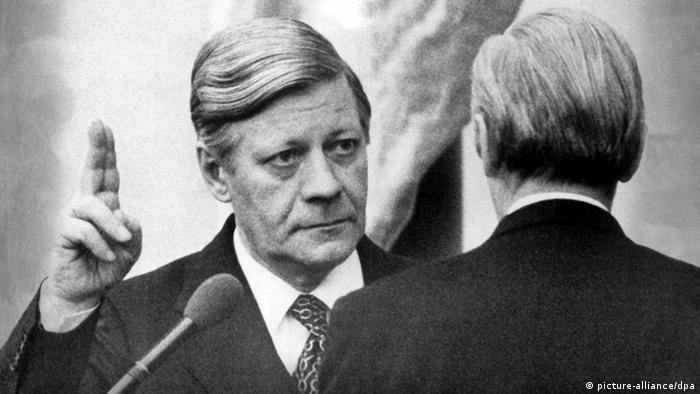 """Хелмут Шмит поема канцлерството след оставката на своя съпартиец Вили Бранд. Неговото управление преминава под знака на петролната криза, инфлацията и икономическия застой. Шмит си спечелва име на разсъдлив, решителен и прагматичен политик. Той успешно се справя с няколко кризи и застава твърдо срещу терора на лявоекстремистката Фракция """"Червена Армия"""". Свален е с вот на недоверие."""