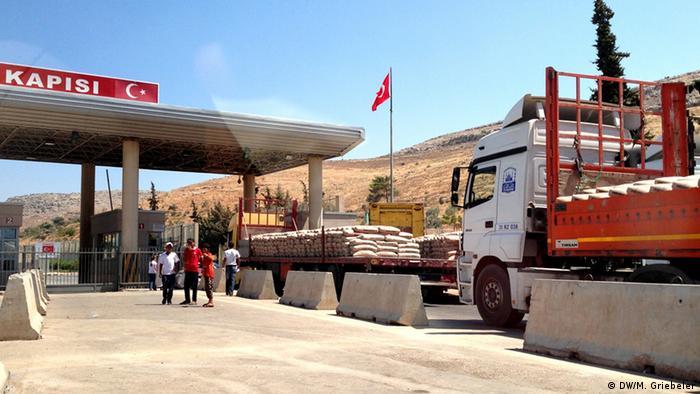 Der Grenzübergang nach Syrien nahe der türkischen Stadt Reyhanli: Lastwagen voller Zement und streunende Kinder (Foto: Monika Griebeler)