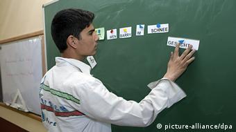 Ein afghanischer Schüler an der Tafel beim Deutschkurs in der Amani-Oberrealschule in Kabul (Foto: dpa)