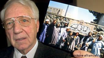 Der pensionierte Lehrer Detlef Meyer-Oehme, ein ehemaliger deutscher Lehrer der Amani-Schule mit einem Erinnerungsfoto (Foto: picture alliance / dpa)