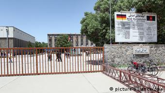 Die Amani-Schule heute, davor ein Schild mit der afghanischen und deutschen Flagge (Foto: dpa)