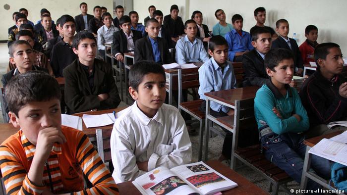 Afghanische Schüler in Kabul (Foto: EPA/S. SABAWOON)