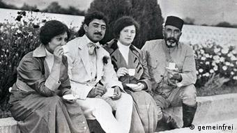 König Amanullah (in der Mitte) beim Tee mit einer Gruppe,1927 (Foto: wikimedia) Quelle: http://commons.wikimedia.org/wiki/File:King_Amanullah_Khan_with_a_group_of_people_in_1927.jpg Urpsrung: http://afghanistanonmymind.blogspot.com/2012/01/afghan-women-in-1920s-and-womens-rights.html