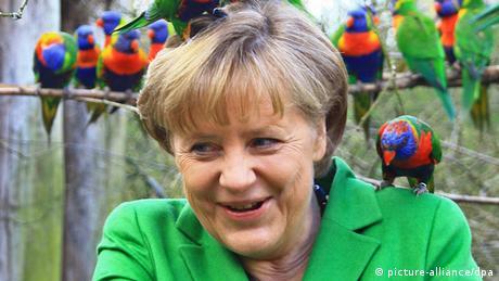 Федеральный канцлер Германии Ангела Меркель в Марловском птичьем парке в 2012 году