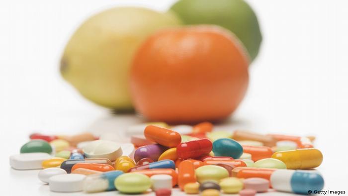 Vitamintabletten und Zitrusfrüchte (Getty Images)