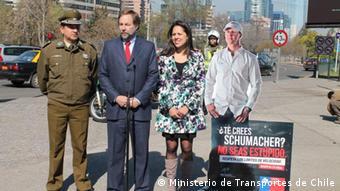 El ministro Pedro Pablo Errázuriz y otras autoridades durante la presentación de la campaña, en Santiago de Chile.