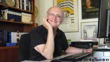 Petros Markaris am Schreibtisch