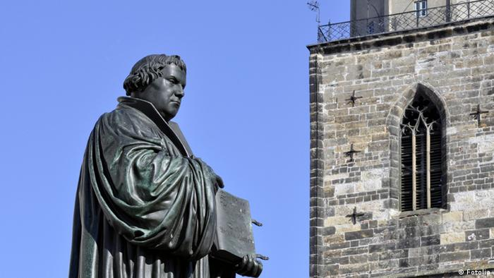 Luther monument in Thuringian Eisenach (Photo: Fotolia #50480386 © steschum - Fotolia.com)