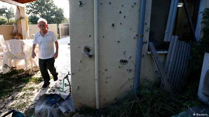 A resident walks next to a house damaged by a rocket fired from Lebanon into Israel, in Kibbutz Gesher HaZiv, near the northern city of Nahariya August 22, 2013. Several rockets were fired at Israel from southern Lebanon on Thursday, the military said. REUTERS/Ronen Zvulun Otras fuentes libanesas habían señalado que dos cohetes afectaron territorio libanés y otros dos al otro lado de la frontera.
