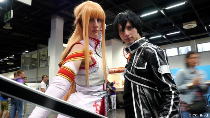 Two sword art cosplayer (photo: Jan Bruck/DW)