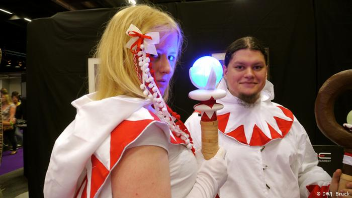 Two cosplayer as healers/white mages (photo: Jan Bruck/DW)