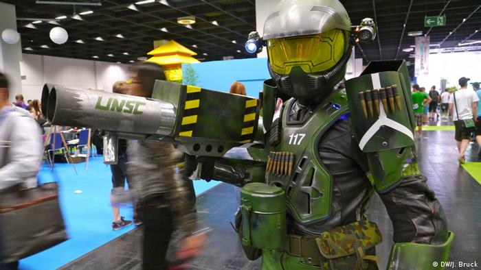 MasterChief Cosplayer (photo: Jan Bruck/DW)