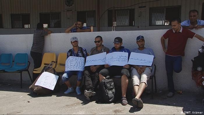 Gaza Streifen Kleine Protestaktion am Grenzübergang Rafah gegen die schwierigen Ausreisebedingungen Bild: DW/Tania Krämer, DWTV