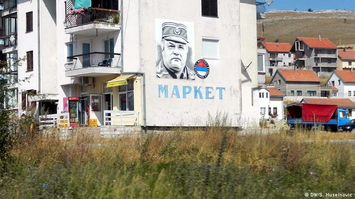 Ratni zločinci se slave kao junaci (Ratko Mladić na zidu u Gackom)