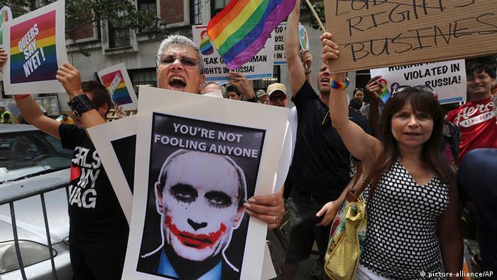 Plakate auf einer Demo gegen Schwulen-Diskriminierung in Russland (Foto: DW)