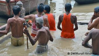 Thousands congregate to take a dip in the Ganges river to wash off their sins in this temple town (Photo: DW/Murali Krishnan)