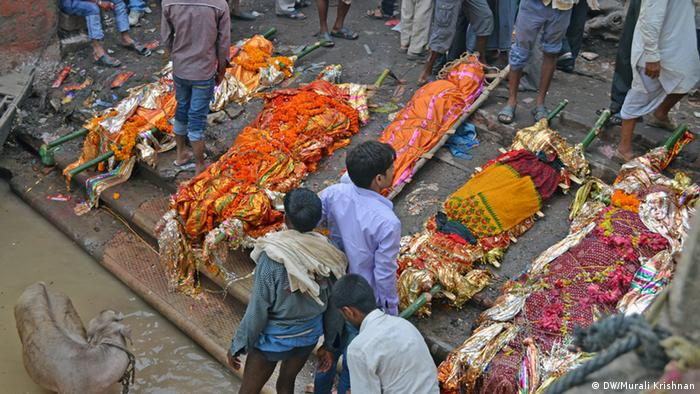 Bodies covered in fine cloth, ready to be sent to the pyre (Photo: DW/Murali Krishnan)
