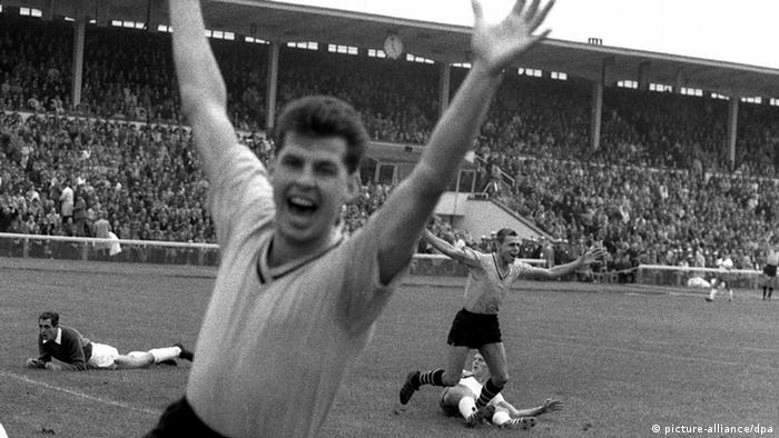 Foto em preto e branco histórica com jogadores comemorando gol