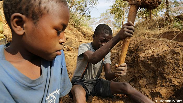 Two children working in a gold mine in Tanzania (HRW/Justin Purefoy)