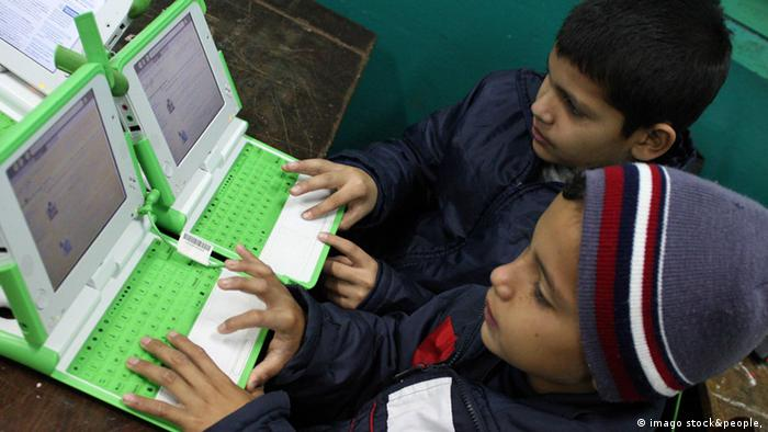Bildnummer: 53154189 Datum: 05.06.2009 Copyright: imago/Xinhua Students learn to use laptops at a school 54 kilometres outside Asuncion, Paraguay, June 4, 2009. One Laptop Per Child (OLPC) kbdig Schüler Laptops Schule, Bildung, Computer quer ie Bildnummer 53154189 Date 05 06 2009 Copyright Imago XINHUA Students Learn to Use Laptops AT a School 54 kilometers outside Asuncion Paraguay June 4 2009 One Laptop per Child OLPC Kbdig Students Laptops School Education Computer horizontal ie