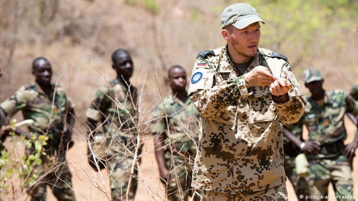 Bundeswehrsoldaten bilden am 07.05.2013 in Koulikoro, in Mali Pioniere der Armee Malis aus (Foto: Maurizio Gambarini/dpa)