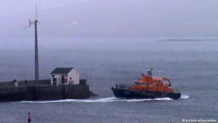 epa03835292 A handout video grabbed still image showing a rescue boat at Aith Lifeboat Station with a volunteer crew leaving the harbor 24 August 2013 to join the rescue operation after a CHC helicopter ditched into water near Shetland, Scotland on 23 August 2013. According to news sources 18 people were on board, 14 have been rescued while 4 bodies have been recovered. Reports state the helicopter was carrying workers from an oil platform, then suddenly lost power and crashed into water. EPA/HANDOUT BEST QUALITY AVAILABLE, HANDOUT EDITORIAL USE ONLY/NO SALES +++(c) dpa - Bildfunk+++
