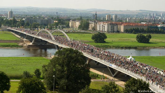 Besucher besichtigen am 24.08.2013 das Eröffnungsfest für die umstrittene Waldschlößchenbrücke in Dresden (Sachsen). Die Brücke wird am 26. August für den Verkehr freigegeben. Foto: Sebastian Kahnert/dpa pixel