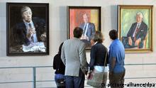 Besucher stehen am 24.08.2013 in Berlin im Bundeskanzleramt vor den Porträts der ehemaligen Bundeskanzler Helmut Schmidt (SPD, l-r), Willy Brandt (SPD) und Kurt Georg Kiesinger (CDU). Die Bundesregierung hatte zum Tag der offenen Tür geladen. Foto: Paul Zinken/dpa