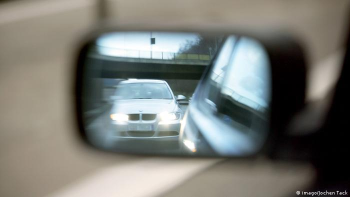View into the side rear-view mirror (imago/Jochen Tack)