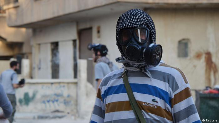 An activist wearing a gas mask is seen in the Zamalka area, where activists say chemical weapons were used by forces loyal to President Bashar Al-Assad in the eastern suburbs of Damascus August 22, 2013. REUTERS/Bassam Khabieh (SYRIA - Tags: POLITICS CIVIL UNREST CONFLICT)
