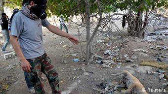 Syrische Rebellen zeigen den Ort eines Giftgasangriffs in der Region Ghouta (Foto: Reuters)