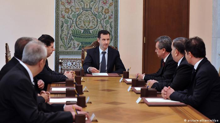 epa03836543 A handout photo made available by the Syrian Arab News Agency (SANA) shows Syrian President Bashar Assad (C) meeting with newly-appointed ministers in Damascus, Syria, 25 August 2013. Assad on 22 August appointed six new ministers for higher education, economy, industry, internal trade, tourism, and a state minister. The new ministers were sworn-in on 25 August before meeting with Assad. EPA/SANA/HANDOUT HANDOUT EDITORIAL USE ONLY/NO SALES
