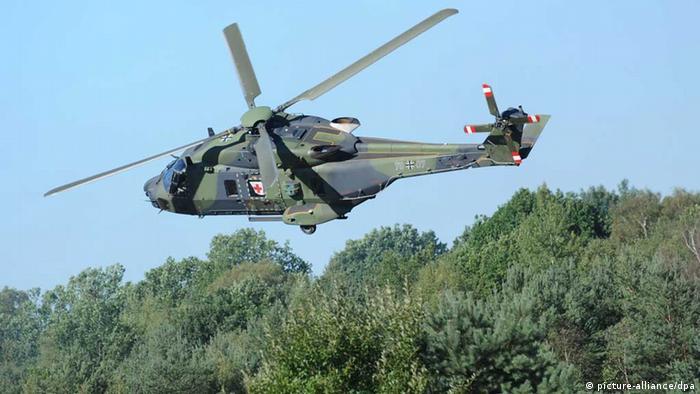 Ein Bundeswehrhubschrauber vom Typ NH-90 fliegt am 06.09.2010 während der ILÜ 2010 (Informations- und Ausbildungslehrübung) über den Truppenübungsplatz bei Bergen. Foto: Peter Steffen/dpa (zu: Bericht: Rechnungshof moniert Hubschrauber-Deal de Maizières) +++(c) dpa - Bildfunk+++