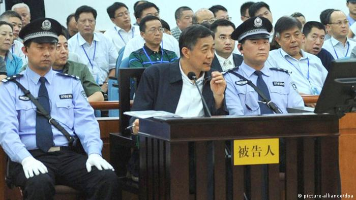 epa03835357 A handout picture made available by the Jinan Intermediate People's Court shows former regional leader Bo Xilai (front, C) standing trial for the third day at Jinan Intermediate People's Court, as former police chief of Chongqing municipality Wang Lijun (not pictured) speaks as witness in Jinan, Shandong province, China, 24 August 2013. EPA/JINAN INTERMEDIATE PEOPLE'S COURT / HANDOUT BEST QUALITY AVAILABLE. HANDOUT EDITORIAL USE ONLY/NO SALES +++(c) dpa - Bildfunk+++ ***FREI FÜR SOCIAL MEDIA***