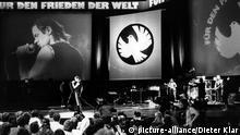 Der deutsche Rockmusiker Udo Lindenberg nimmt am 25.10.1983 im Palast der Republik in Ostberlin an dem Friedenskonzert Für den Frieden der Welt - Weg mit dem NATO-Doppelbeschluss teil, das von der Freien Deutschen Jugend (FDJ) ausgerichtet wurde. Es ist sein lang erwarteter erster Auftritt in DDR. Lindenberg hatte sich seit Jahren um eine Möglichkeit, in der DDR auftreten zu dürfen, bemüht.