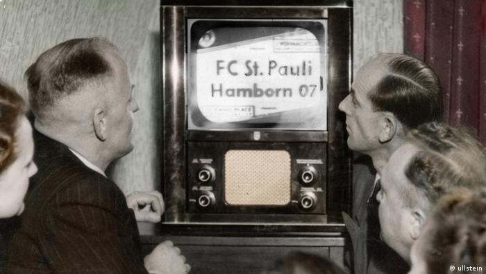 Erste Fernsehsendung nach 1945 in der BRD; Fussballspiel FC St. Pauli gegen Hamborn 07ausgestrahlt vom NWDR 26.12.1952 Copyright: Ullstein-Bild