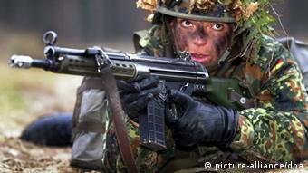 Военнослужащая бундесвера с автоматической винтовкой G3 фирмы Heckler & Koch.