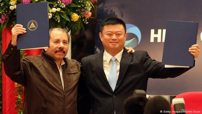Daniel Ortega und Wang Jing umarmen sich (Foto: Inti Ocon/AFP)