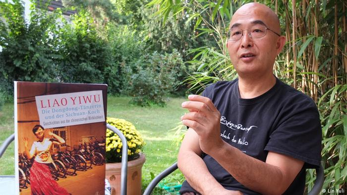 Chinese author Liao Yiwu with one of his books published in German, Copyright: Lin Yuli