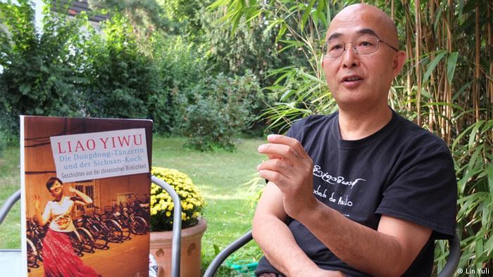 Titelbild : ©Lin Yuli (Datum: 23.08.2013)  Schlagworte: Liao Yiwu、China  Inhalt: Der chinesische Autor Liao Yiwu und sein neues Buch Die Dongdong-Tänzerin und der Sichuan-Koch