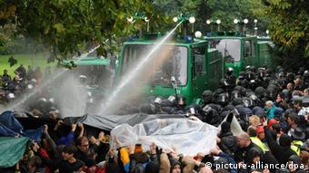 Ein Wasserwerfer spritzt am 30.09.2010 im Schlossgarten in Stuttgart auf Demonstranten, die gegen die geplante Abholzung mehrerer Bäume im Park protestieren (Foto: Marijan Murat/dpa)