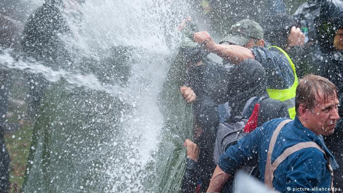 Im Stuttgarter Schlossgarten geht die Polizei mit Wasserwerfern gegen Demonstranten vor (Foto: dpa)